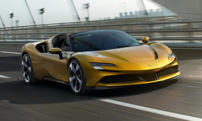 Ferrari SF90 Spider jeotevřená verze nejvýkonnějšího modelu jedoucí až 340 za hodinu