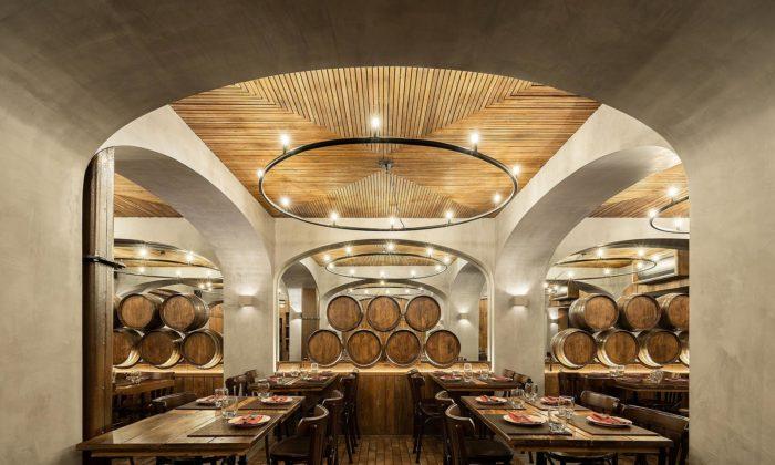 Restaurante Barril má interiér připomínající staré portugalské vinařství