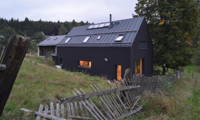 Rodinný dům vděčínských Maxičkách vyrostl vedle staré stodoly akopíruje její tvar