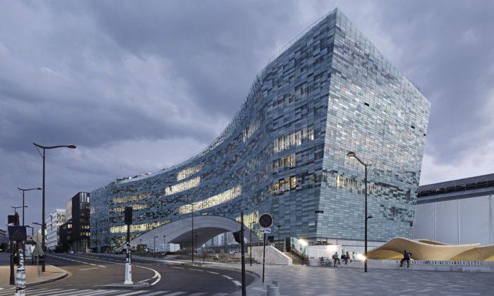 Snøhetta postavila vPaříži ústředí vydavatelství Le Monde stvarem skleněné lodi