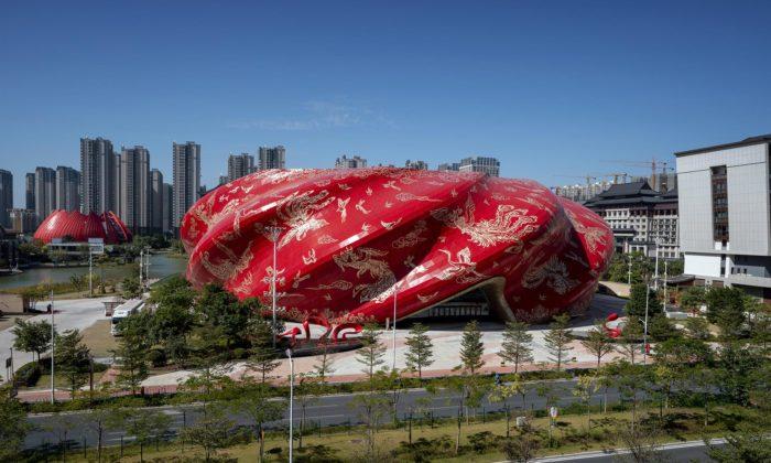 Guangzhou má nové divadlo sčervenou fasádou tetovanou ptáky akvětinami