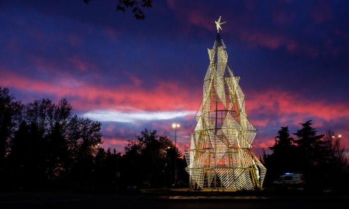 Madrid má vánoční strom BaumHaus inspirovaný skicou zakladatele Bauhausu