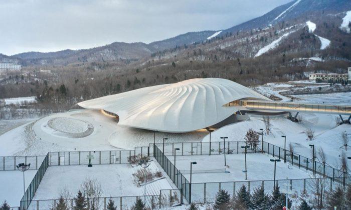 MAD postavili nenápadné kongresové centrum zasypané sněhovou lavinou