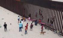 Teeter-Totter Wall od Ronald Rael a Virginia San Fratello s Colectivo Chopeke