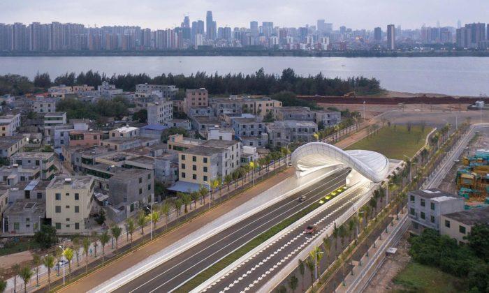 Ve městě Haikou postavili podzemní tunely sfuturistickými přístřešky nad vjezdy