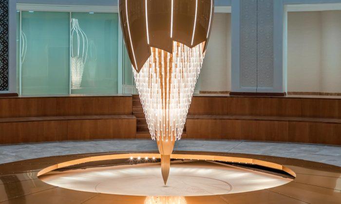 Lasvit vytvořil 16 metrovou instalaci Art Therapy kreslící jako kyvadlo dopísku