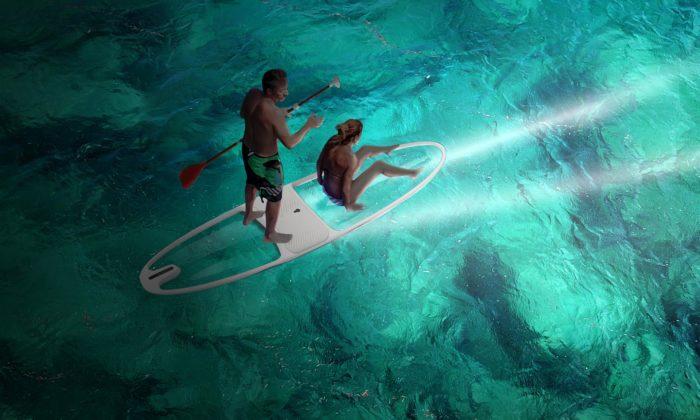 Loeva vytvořila transparentní Le StandUp paddleboard vybavený LED osvětlením