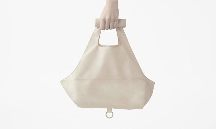 Nendo navrhlo opakovatelně použitelnou nákupní tašku rolovací dodržadla