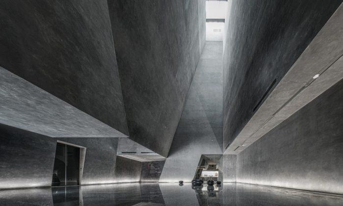Čínské muzeum fosílií dostalo efektní interiér připomínající obří nerost