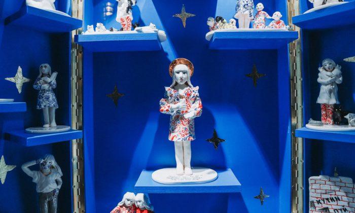 Studenti designu keramiky naSutnarce vystavují své práce vevýlohách galerie vPlzni