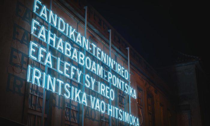Na fasádě Kunsthalle Praha serozzářil velký nápis vtajemném jazyce