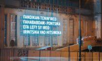 Joël Andrianomearisoa a jeho nápis na Kunsthalle Praha