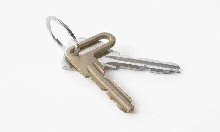 Nendo navrhlo klíč sasymetrickou hlavou pro snadnější odemykání dveří