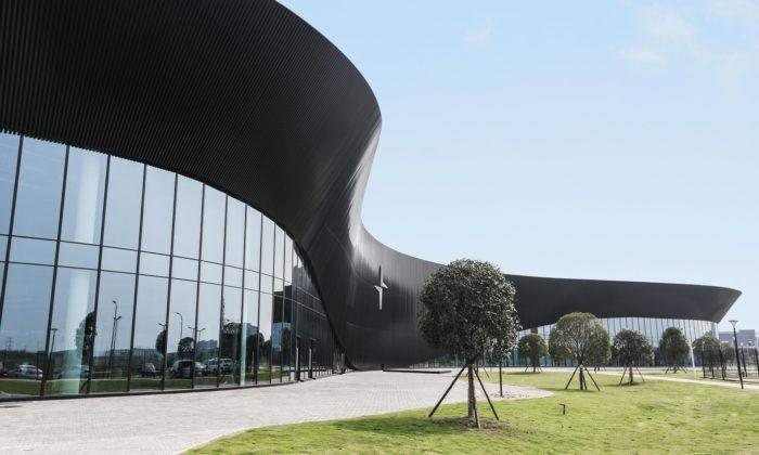 Polestar má výrobní závod sorganicky tvarovanou fasádou ze skla ačerné hmoty