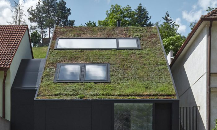 Kuba & Pilař postavili veZnojmě rodinný dům sešikmou zelenou střechou