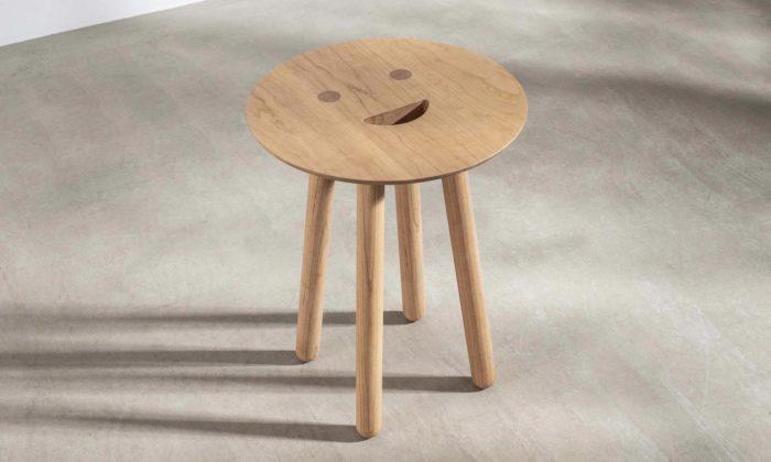 Jaime Hayón navrhl usměvavou dřevěnou stoličku Smile Stool