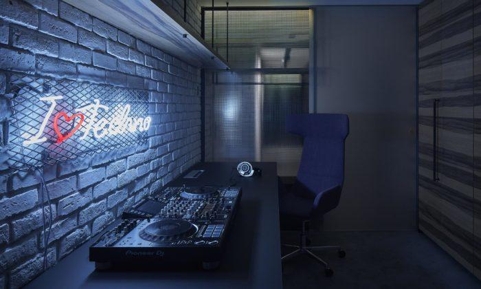 Pražský byt pro technaře má temný interiér sDJským pultem ataneční terasou