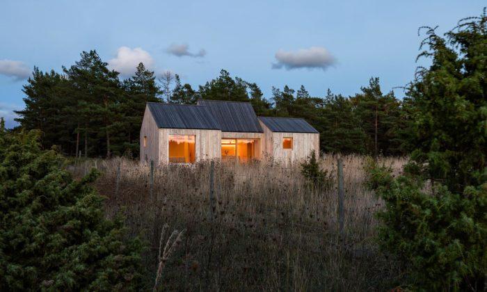 Na severu Švédska vyrostl domek Field House složený ze tří miniaturních domečků