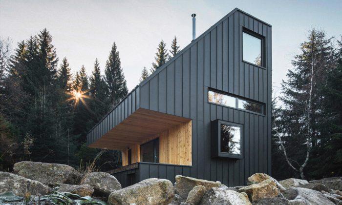Horská chata Nové Hamry má černou fasádu atvary inspirované rozhlednou