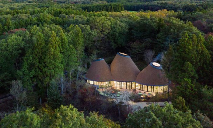 PokoPoko jeklubovna pro rodiny sdětmi postavená uprostřed lesa ze tří kuželů