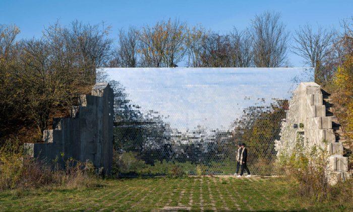 Krematorium pro zvířata Věčná loviště má vstup připomínající bránu dojiné dimenze