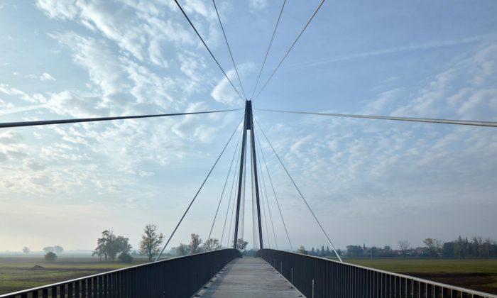 Nedaleko Mělníka vLužci nad Vltavou vyrostla moderní lávka pro chodce acyklisty
