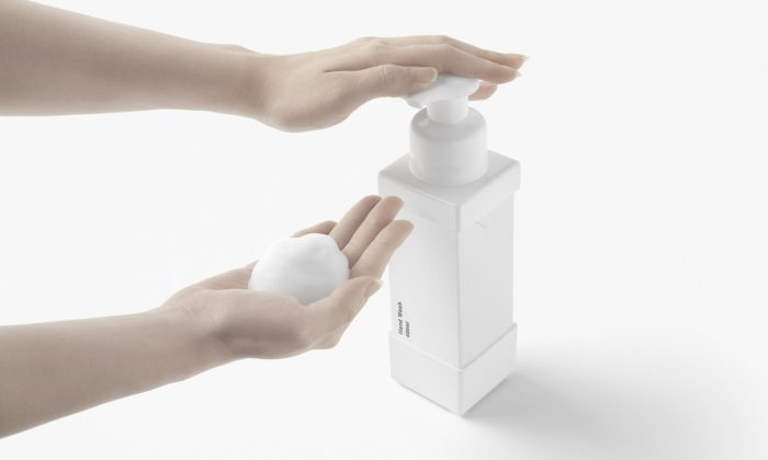 Nendo navrhlo ekologický papírový obal namýdlo sopakovaně použitelnou pumpičkou
