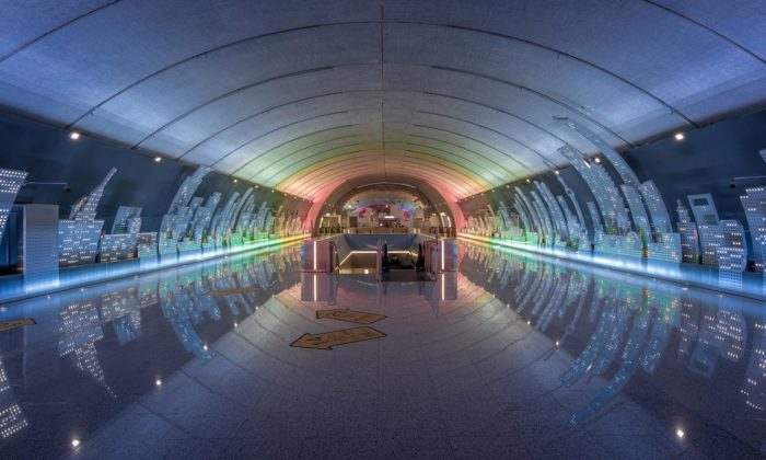 Šanghaj otevřela novou stanici metra sfuturistickým designem svítícího města