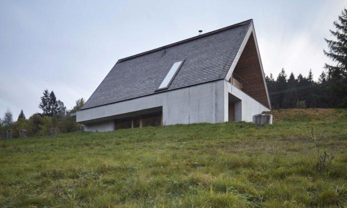 V Beskydech vyrostl moderní víkendový dům částečně ukrytý dosvahu