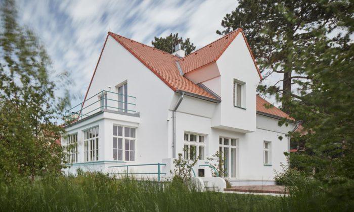 Mjölk vkusně rekonstruovali avýrazně omladili starý rodinný dům vPraze