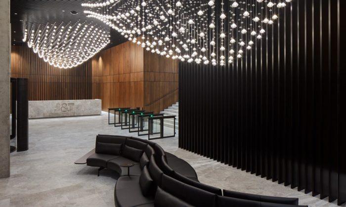 J&T má vKarlíně nové sídlo s20metrovým svítidlem z726 křišťálových kapek
