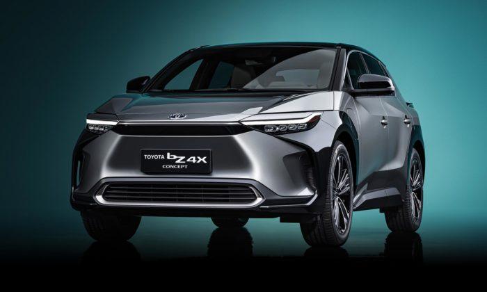 Toyota bZ4X dostala výrazný žraločí design ajako první nasvětě vidlicový volant
