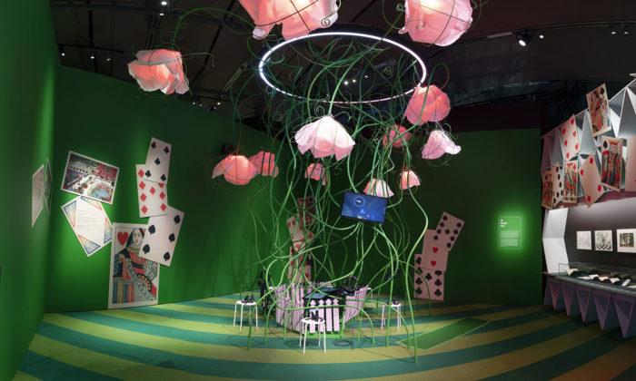 Londýnská výstava zve dosvěta Alenky vříši divů plného výstřední módy iumění
