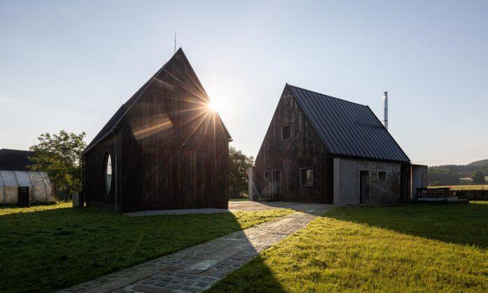 Architekti přestavěli zbytky staré stodoly napříjemné bydlení pro rodiče