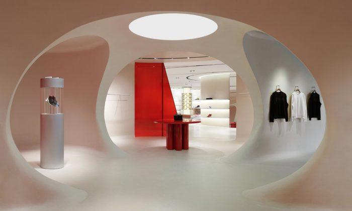 Ferrari otevřelo vMaranellu vlajkový obchod inspirovaný střechami domů iokruhy F1