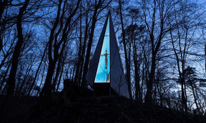 V lese nedaleko Brna stojí geometricky tvarovaná kaple Lesní vzpomínka