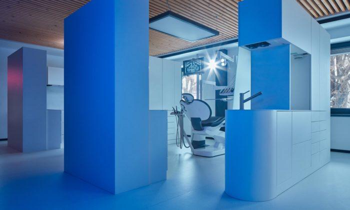 Dentální klinika MyTreedk vOpavě má interiér sneomítnutými cihlovými zdmi aneony