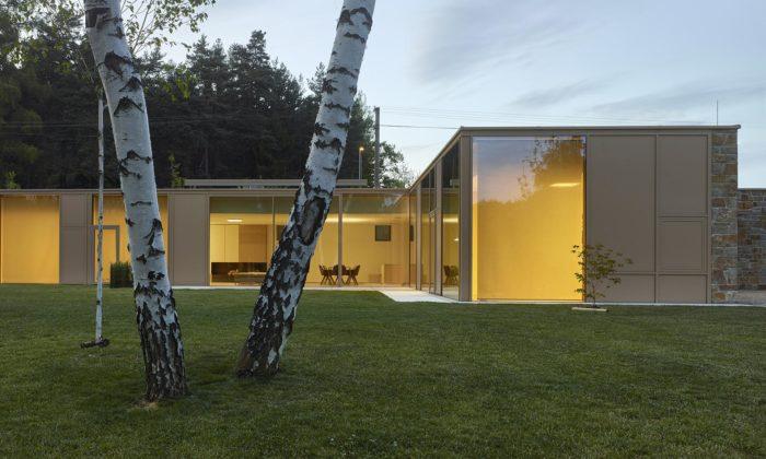 V Karlovarském kraji vyrostl minimalistický přízemní dům ulesa arybníka
