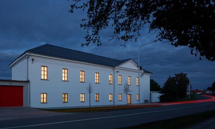 Obecní úřad Hluchov nabízí porekonstrukci také knihovnu aspolečenský sál svýčepem