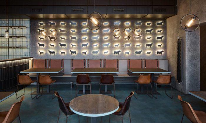 Pražská restaurace Gran Fierro dostala potemnělý interiér ozdobený bio uhlím