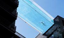 Bazén mezi dvěma domy Sky Pool odHAL Architects