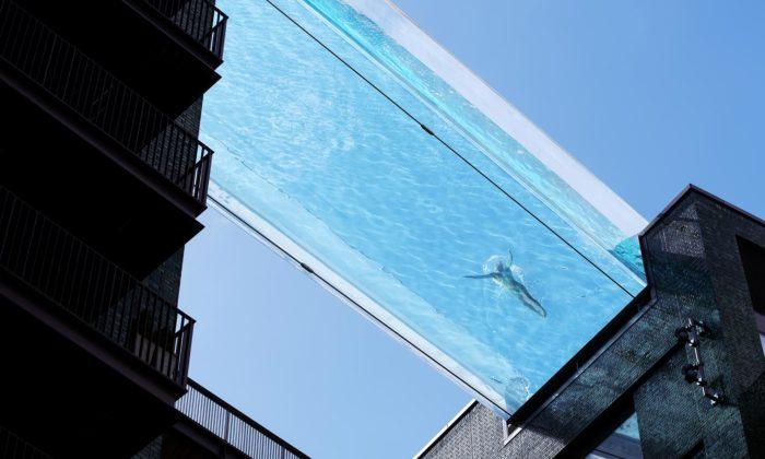 Na střeše mezi dvěma domy vLondýně byl otevřen transparentní bazén Sky Pool
