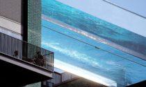 Bazén mezi dvěma domy Sky Pool od HAL Architects