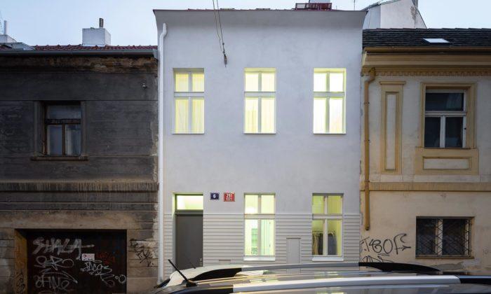 Zchátralý dům vpražských Vršovicích seproměnil nasvětlý bod ulice