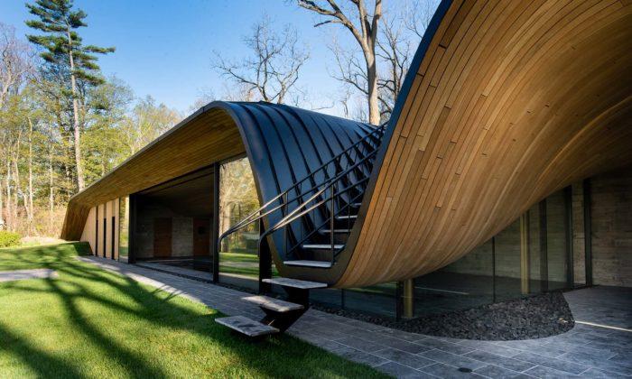 Kanadský dům Fold House má nad bazénem zvlněnou dřevěnou střechu