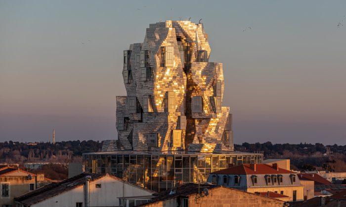 Frank Gehry postavil vefrancouzském Arles impozantní galerijní věž Luma