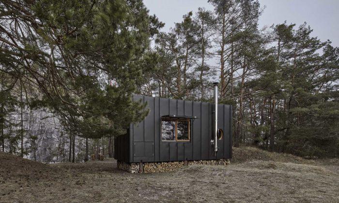 Mobilní útulna Aranka má interiér zořechového dřeva alustr vetvaru šišky