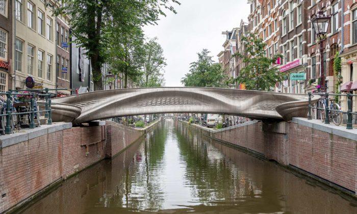 V centru Amsterdamu otevřeli první 3Dtištěný ocelový most nasvětě
