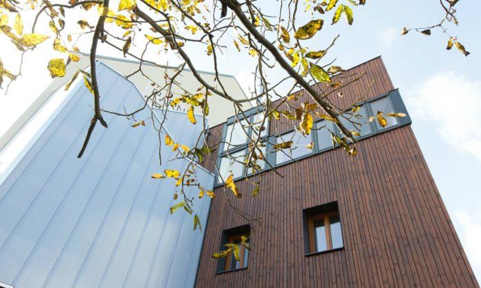 Starý rohový dům vHlubočepích seproměnil knepoznání idíky prosklenému schodišti