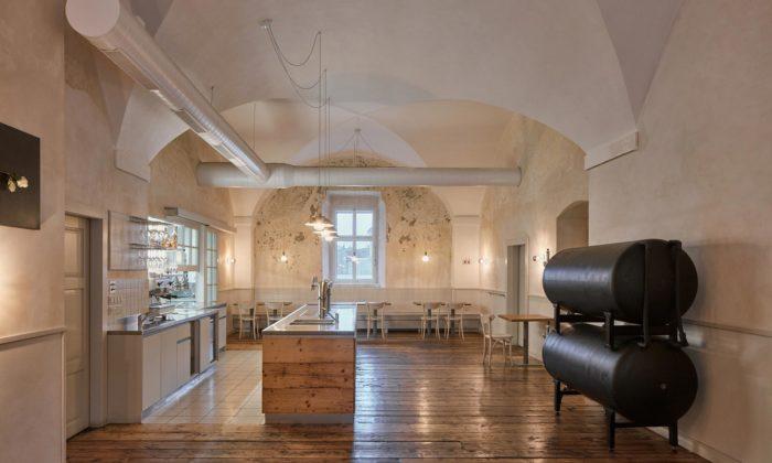V původním barokním hostinci vBroumově vznikla stylová restaurace UTří růží